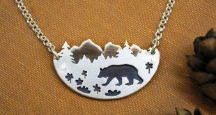 Errer - ours noir en fleurs sauvages Prairie pendentif - chaîne de montagnes pin arbres paysage - forêt Artisan - en argent Sterling