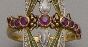 Jugendstil-Gold, Plique-à-jour-Email, Diamant und Rubinring. Entworfen als zwei Libellen mit grünen, mit Diamanten besetzten, Emailleflügeln, das zentrale Element mit Diamanten und Rubinen. Mit Meisterzeichen CA