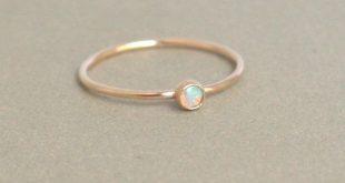 gold Opal Ring. Geburtsstein-Ring. Mütter klingeln. Eine zierliche stapelbare Ring. 14k Gold gefüllt. verlobungsring. Stapelring. Mütter Tag Geschenk