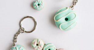 DIY-Polymer-Clay-DonutsWenn Sie schon immer mit Polymerton arbeiten wollten, sind diese Polymer-Clay-Donuts leicht herzustellen. Hier finden Sie das Tutorial für die DIY Polymer Clay Donuts von Hungry Heart. ** Alles, was ungebackenen Polymerton berührt