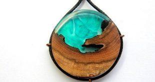 Dieser Anhänger wurde aus einem Stück Holz und einer Mischung aus Blau und Gr