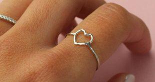 Ein Geschenk zum Muttertag, das von Herzen kommt: ein filigraner Ring mit einem ...