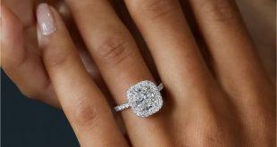 Das EVA SEAMLESS HALO-Designset mit 2,50 Karat Diamant-Engagement im Kissenschli...