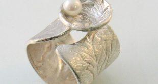 Satin, Blumen Textur auf offenen Band Silber ring mit Perle in einer Blume Muschel-Perle in einem Shell.Statement-Ring